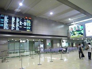 朝の成田空港ロビー