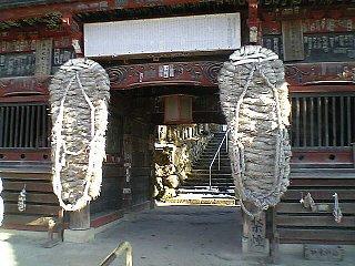 巨大わらじの門