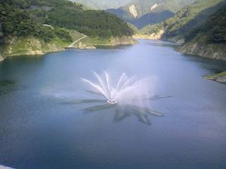 ダムの噴水